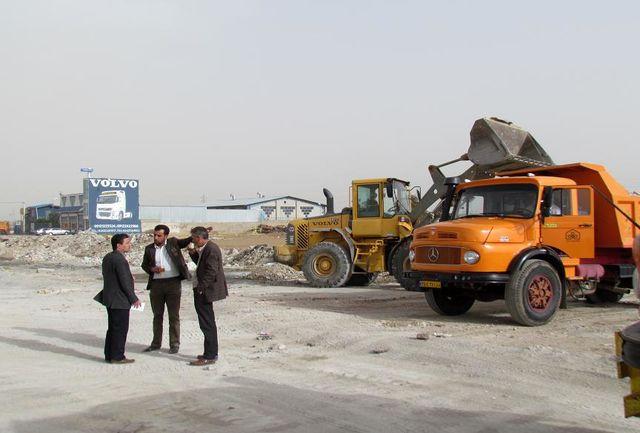 نخالههای ساختمانی تخلیه شده در اراضی شهر ابهر جمع آوری شد