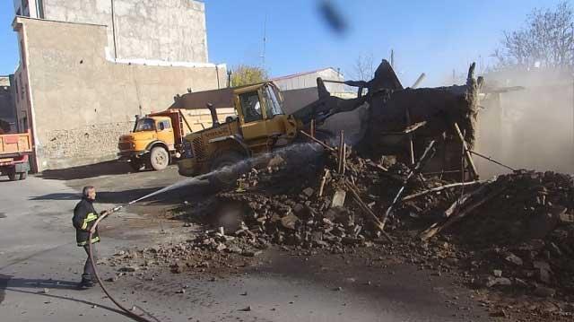 تخریب و رفع خطر یک باب ساختمان فرسوده درابهر